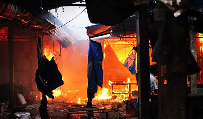 Thiếu nước chữa cháy, ngọn lửa bao trùm chợ Mộc Bài