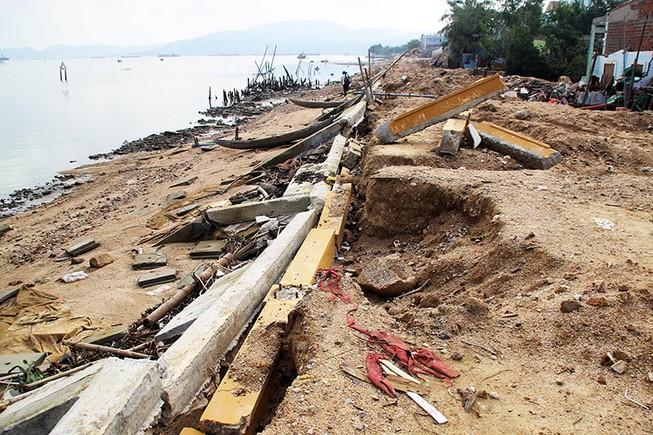Kè sông 12 tỉ chưa bàn giao đã vỡ nát