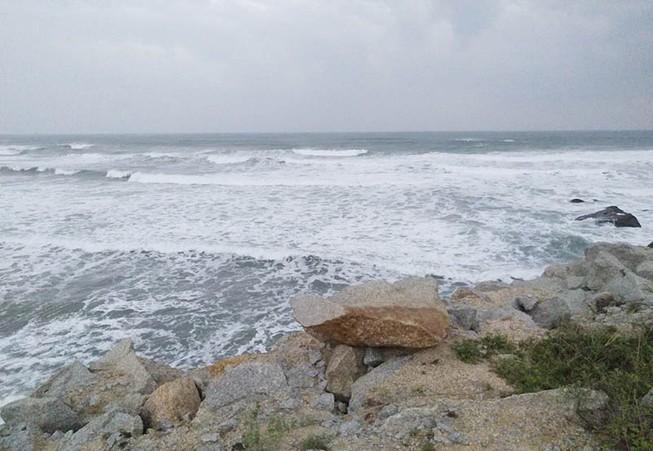 Sóng lớn đánh chìm tàu cá, 2 ngư dân mất tích