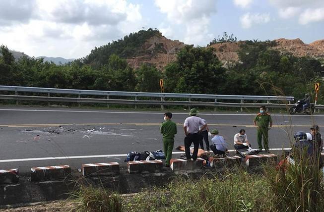 Xe máy vượt xe tải trên đèo Cả, 2 người tử nạn