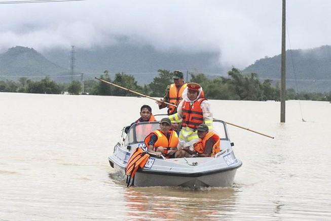 Giải cứu hàng trăm người bị kẹt trong lũ ở Khánh Hòa