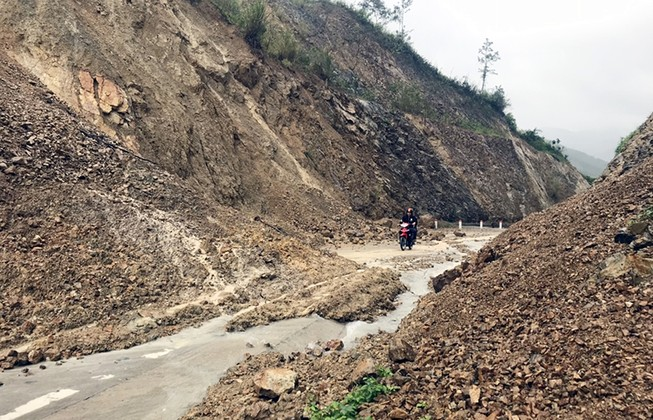 Sạt lở gây cô lập nhiều khu dân cư ở Phú Yên