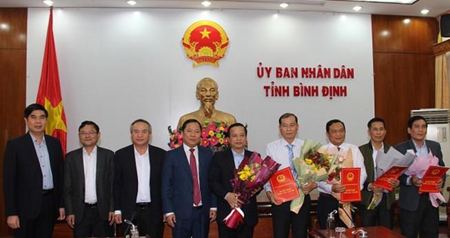 Lãnh đạo UBND tỉnh Bình Định trao quyết định cho các cán bộ chủ chốt. Ảnh: VT