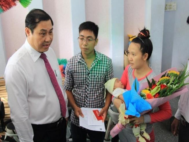 Chủ tịch TP Đà Nẵng đến tận nhà dân trao giấy khai sinh