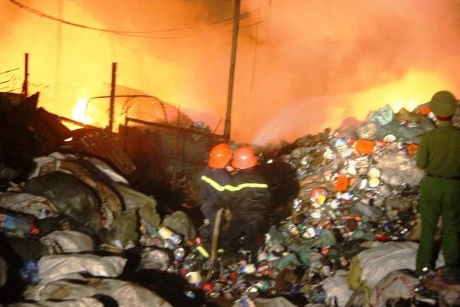 Khu dân cư tán loạn vì cháy kho phế liệu