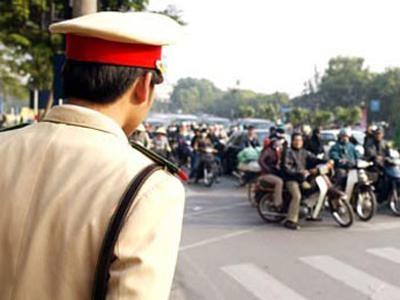 CSGT gọi đàn em 'xử' người vi phạm bị bắt
