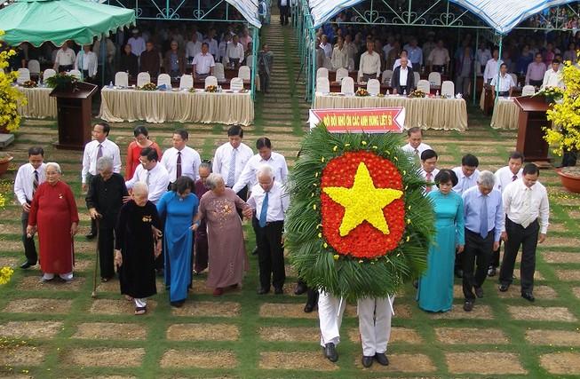 Nguyên Thủ tướng Phan Văn Khải dâng hương ở chiến khu An Phú Đông