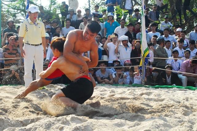 Hàng ngàn người dân đổ về hội vật làng Thủ Lễ