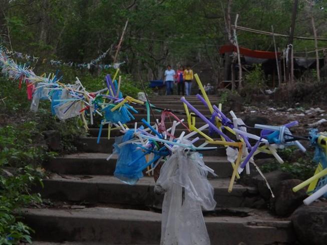 Rác xả xui và nỗi buồn nơi cửa Phật