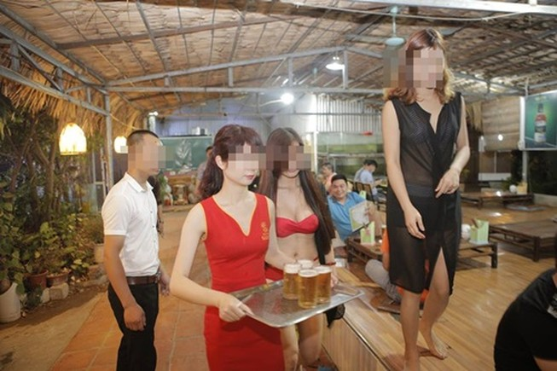 Sẽ rút phép nếu nhà hàng có nhân viên mặc bikini không nộp phạt