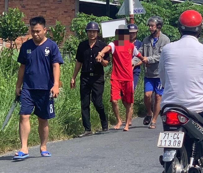 Thanh niên nghi ngáo đá xông vào UBND xã chặt rách lá cờ