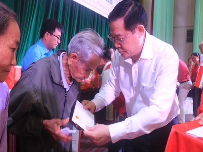 Phó Thủ tướng Vương Đình Huệ trao quà tết tại Bến Tre