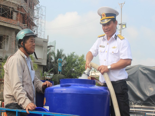 Tàu Hải quân vượt 100 hải lý cấp nước ngọt cho dân Bến Tre