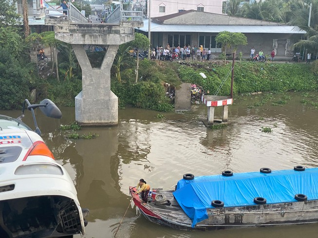 Hạn chế giao thông thủy trên kênh Tháp Mười số 2 do sập cầu