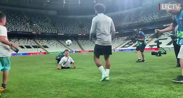 Salah tâng bóng với cổ động viên đặc biệt không có chân