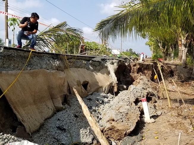 Đường BT trăm tỉ ở Cà Mau vừa bàn giao đã sụp lún