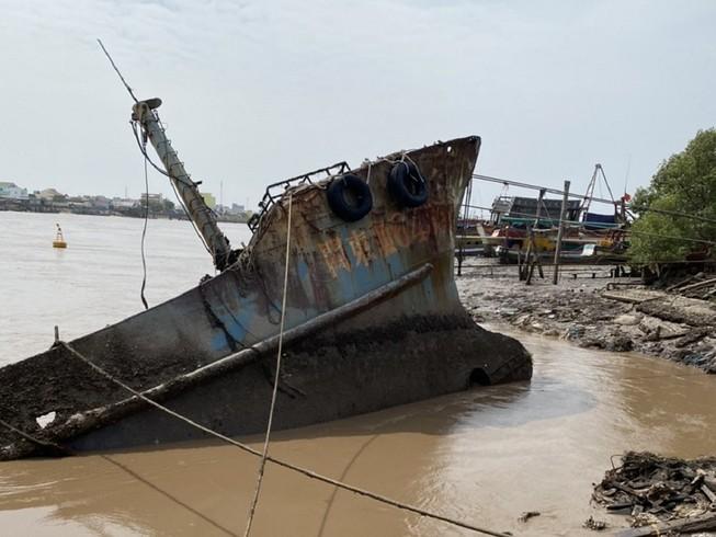 Xác tàu có chữ  nước ngoài dạt vào bờ biển. (Ảnh: CTV)