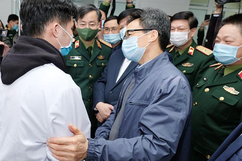 Sức khỏe 3 người tiêm vaccine COVID-19 đầu tiên ở Việt Nam - ảnh 1