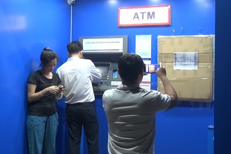 Tạm giữ người đập máy ATM ở Bình Dương - ảnh 1