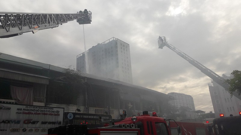 TP.HCM: Cháy lớn trong khu nhà tập thể, 2 người mắc kẹt - ảnh 1