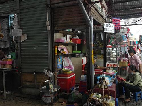 Buôn bán ế ẩm, nhiều tiểu thương chợ Phạm Văn Hai đóng cửa, sang sạp