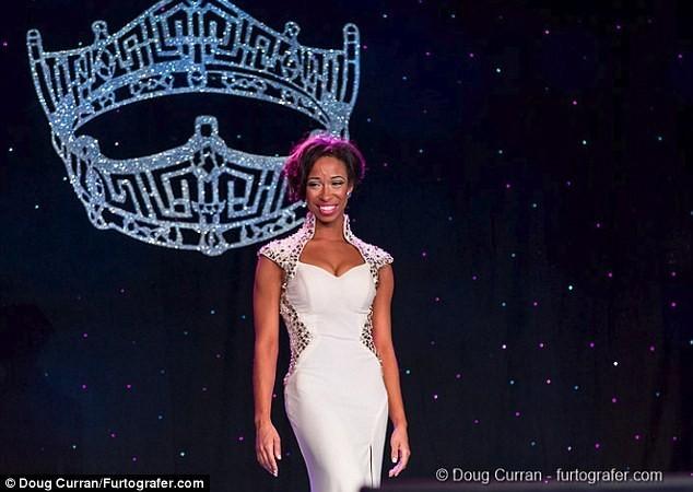 Hoa hậu khóc nức nở trên truyền hình vì bị tước vương miện