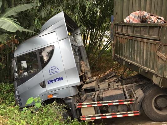 Va chạm với xe hơi, container lao đầu xuống mép vực - ảnh 1