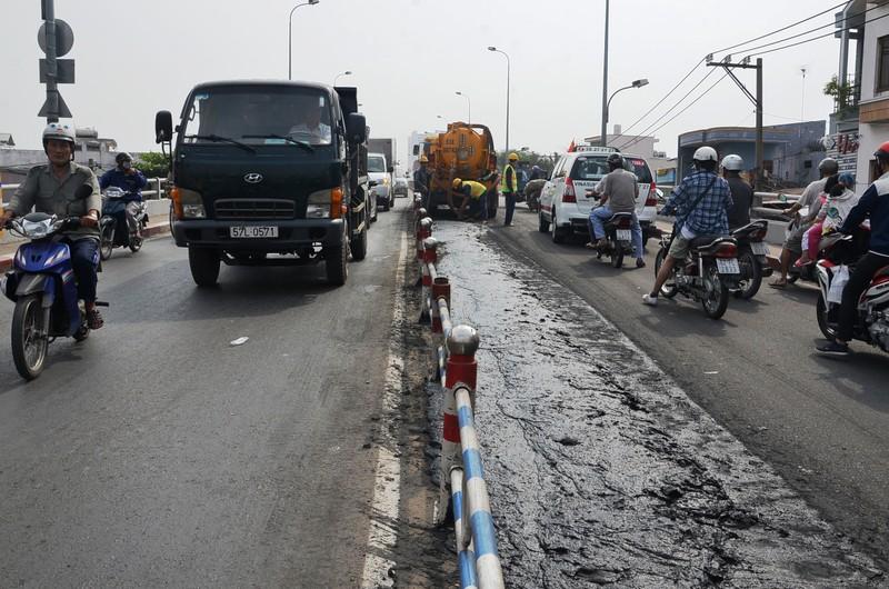 Xe chở bùn đổ tràn xuống đường, tài xế tẩu thoát - ảnh 1