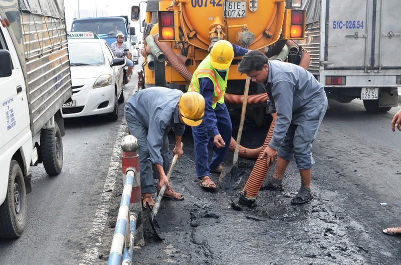 Xe chở bùn đổ tràn xuống đường, tài xế tẩu thoát - ảnh 2