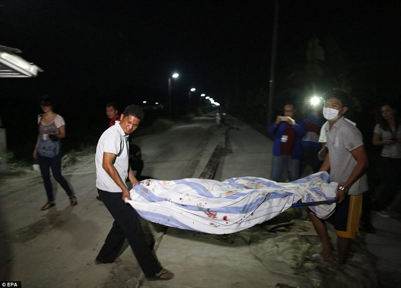 Thi thể của một người bị cáo buộc buôn bán ma túy, và bị hành quyết ngày 27-7.