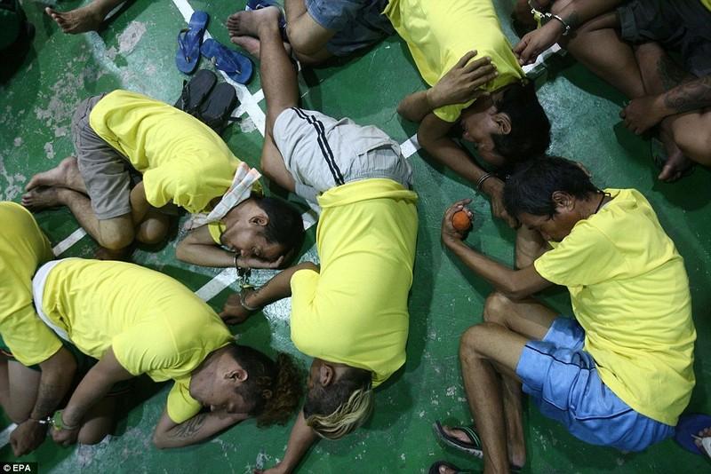 Những người bị cáo buộc tham gia vào các hoạt động buôn bán ma túy bất hợp pháp, bị còng tay trong một trụ sở cảnh sát ở Manila.