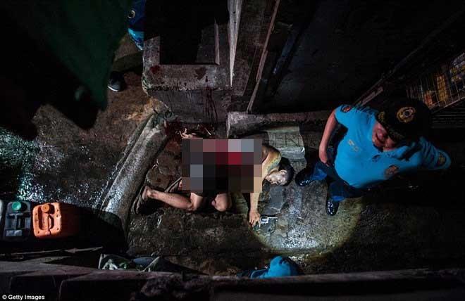 Cảnh sát kiểm tra hiện trường một vụ đấu súng giữa tay buôn ma túy với cảnh sát trong ngày 22-7
