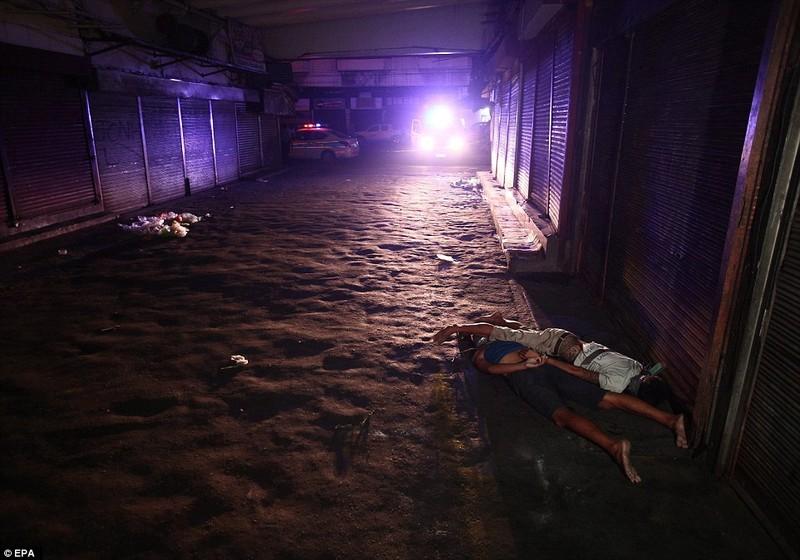 Một số người bán ma túy, được tìm thấy bị bắn chết trên đường phố Manila.