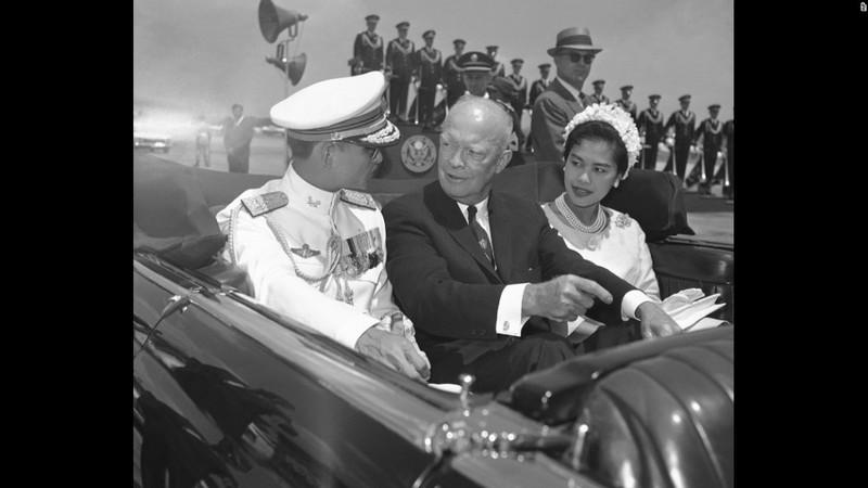 Cuộc đời vua Thái Lan qua hình ảnh - ảnh 5