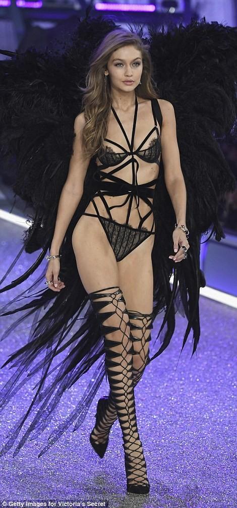 Thiên thần Victoria's Secret tụt dây, xém 'gãy cánh' - ảnh 1