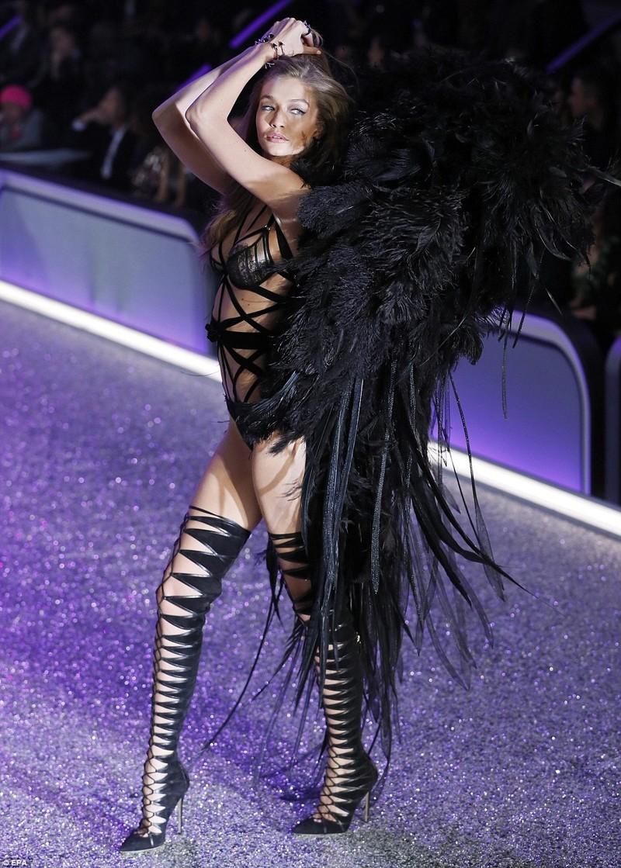 Thiên thần Victoria's Secret tụt dây, xém 'gãy cánh' - ảnh 4