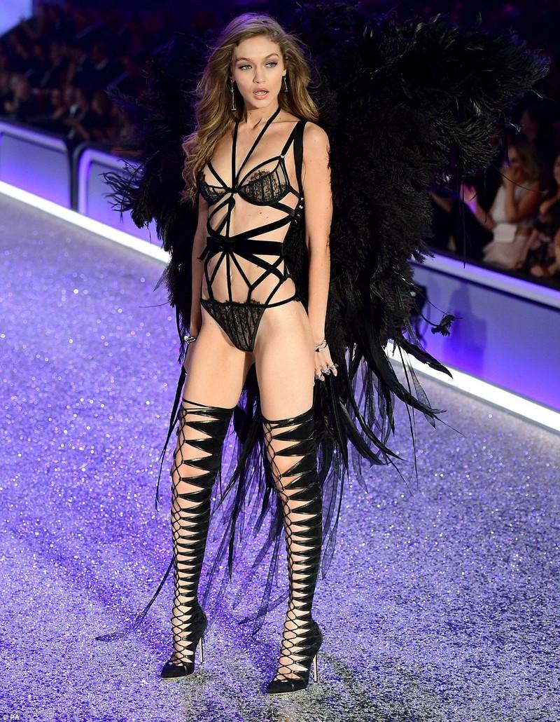 Thiên thần Victoria's Secret tụt dây, xém 'gãy cánh' - ảnh 3