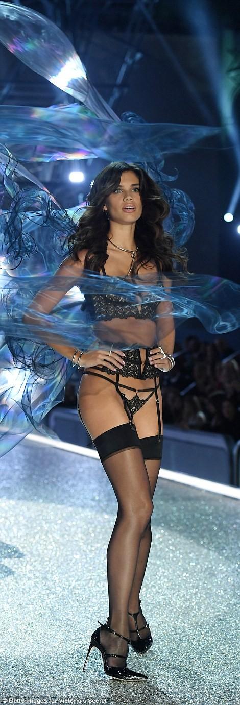 Bỏng mắt với bộ nội y đẹp nhất show Victoria's Secret - ảnh 11