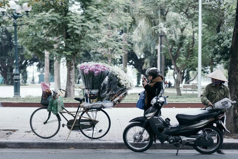 Sau khi mua hoa, nhiều người còn tranh thủ chụp ảnh.