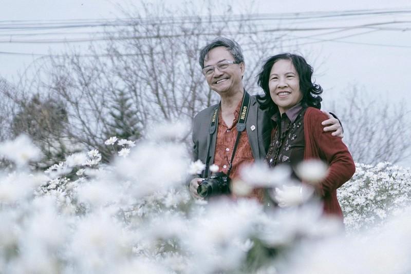 mà cả những người lớn tuổi cũng thích chụp ảnh với loài hoa này.