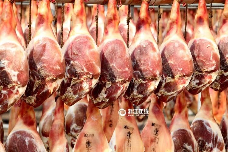 Ấn tượng với cảnh phơi đùi lợn xông khói chuẩn bị tết - ảnh 1