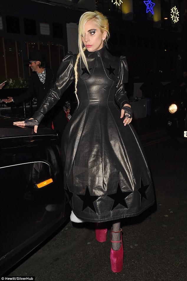 Lady Gaga gây sốc khi mặc 'bao rác' xuống phố - ảnh 1