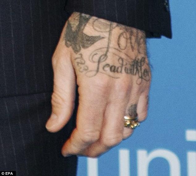 Beckham 'khoe' nhẫn cưới mới? - ảnh 2