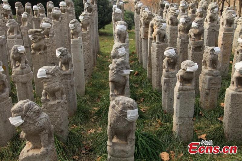 800 sư tử đá Trung Quốc đeo khẩu trang vì ô nhiễm - ảnh 2