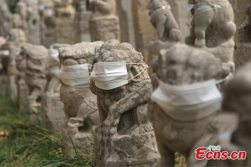 800 sư tử đá Trung Quốc đeo khẩu trang vì ô nhiễm - ảnh 3