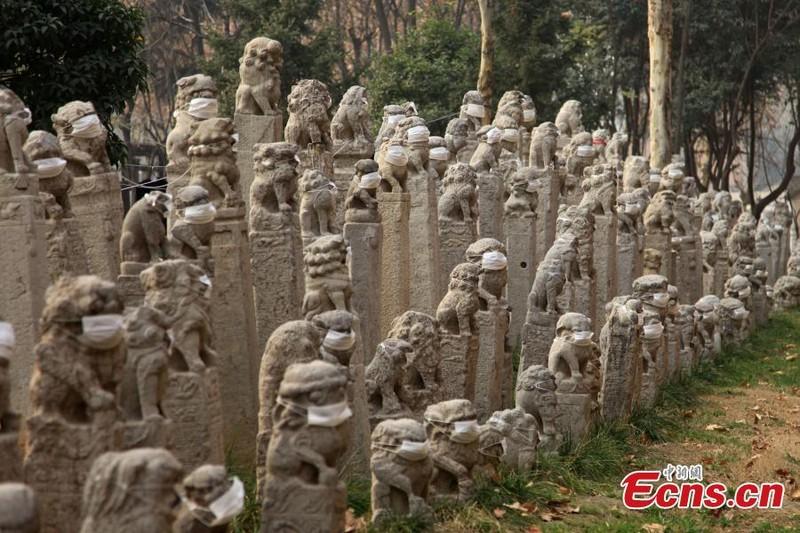 800 sư tử đá Trung Quốc đeo khẩu trang vì ô nhiễm - ảnh 4