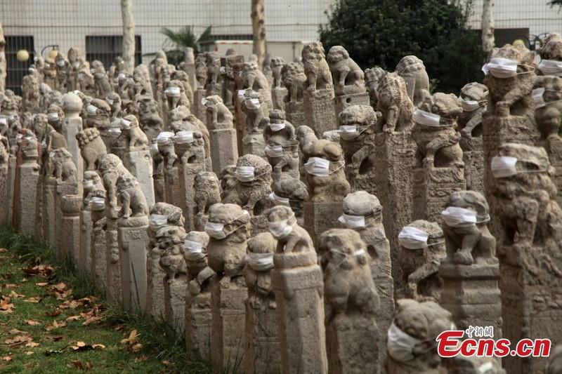 800 sư tử đá Trung Quốc đeo khẩu trang vì ô nhiễm - ảnh 5