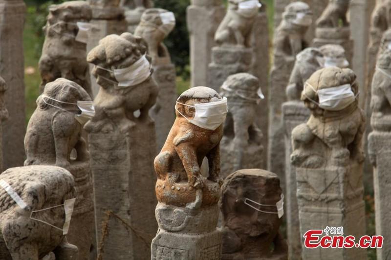 800 sư tử đá Trung Quốc đeo khẩu trang vì ô nhiễm - ảnh 1