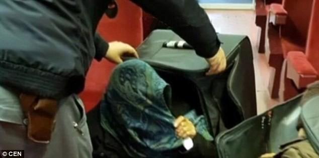 Tự nhốt mình trong valy, nhập cư trái phép vào châu Âu - ảnh 5