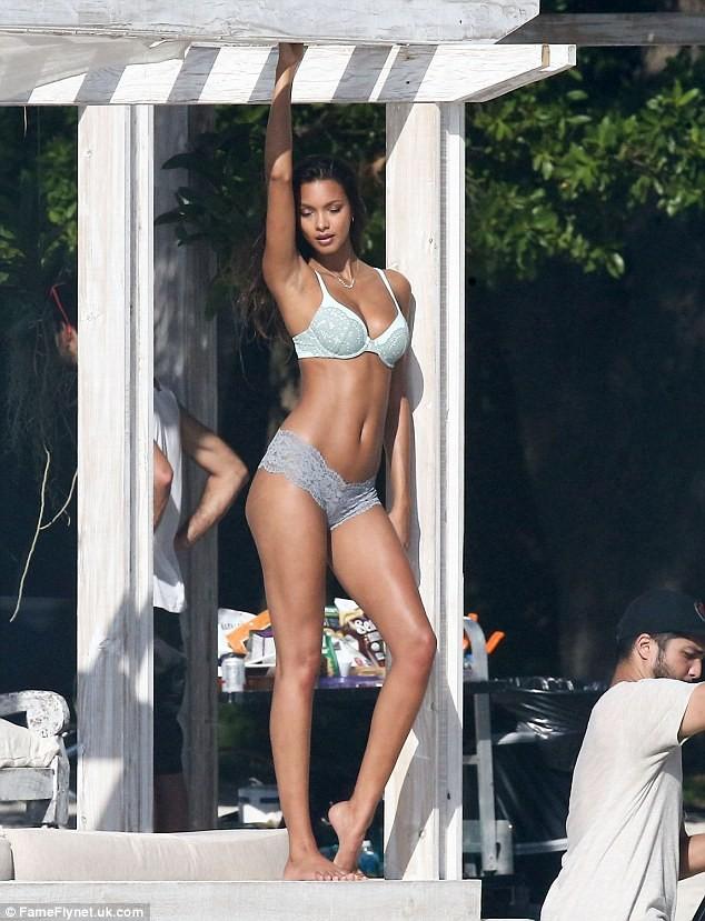 Dàn thiên thần Victoria's Secret diện bikini dạo biển  - ảnh 3